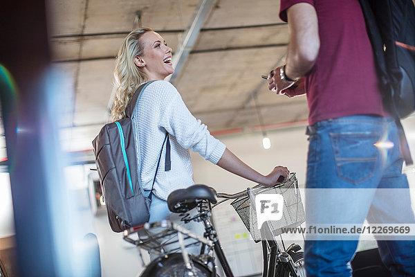 Junge Frau mit Fahrrad begrüßt Amtskollegin