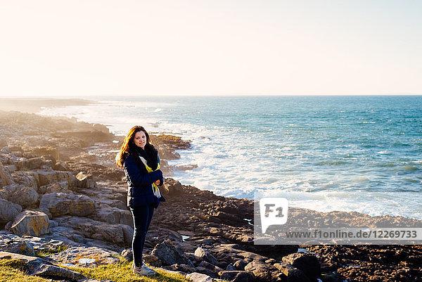 Frau zu Fuß am Meer  Fanore  Clare  Irland