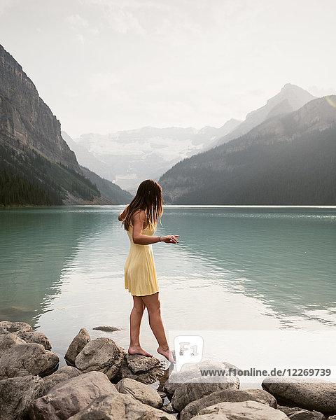 Frau am Lake Louise  Kanada