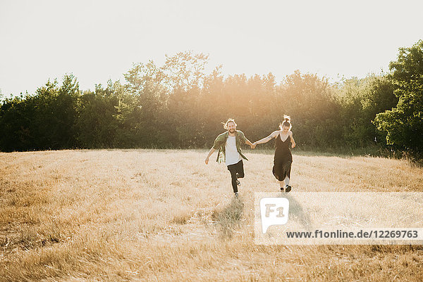 Paar auf goldenem Rasen  Arezzo  Toskana  Italien