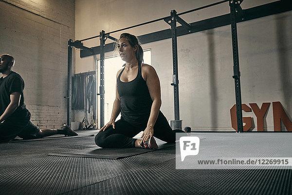 Frau in Yogastellung im Fitnessstudio