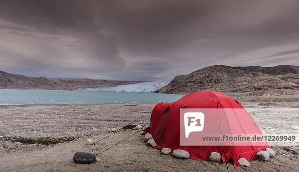 Rotes Zelt vor dem Qualerallit-Gletscher aufgestellt  Narsaq  Kitaa  Grönland