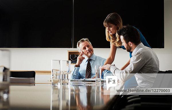 Amtskollegen in der Sitzung