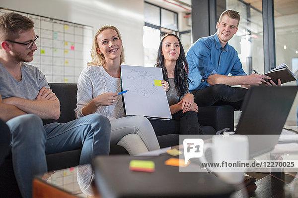 Männliche und weibliche Kollegen mit Brainstorming-Sitzung im Amt