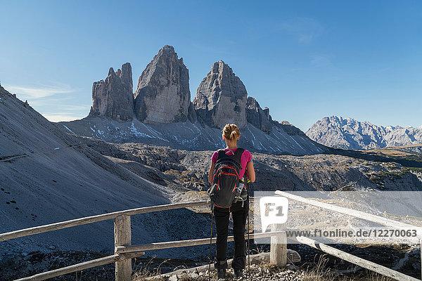 Wanderer geniesst Aussicht  Dolomiten bei Cortina d'Ampezzo  Venetien  Italien
