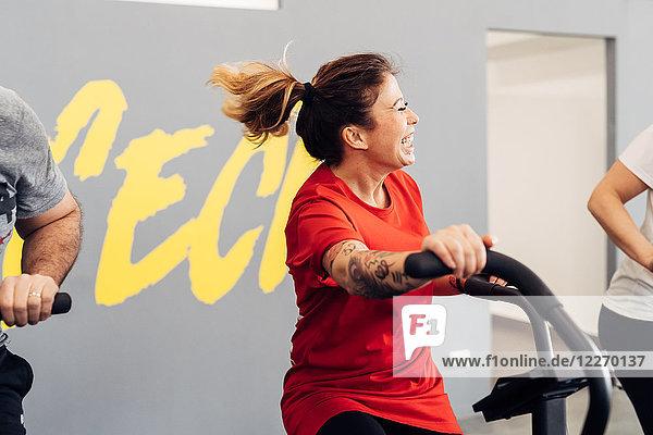 Frau im Fitnessstudio mit Heimtrainer