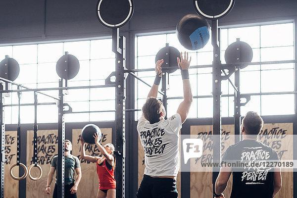 Gruppe von Menschen  die in einer Turnhalle Basketball spielen