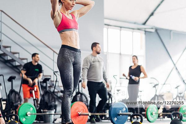 Kleine Gruppe von Menschen trainiert im Fitnessstudio