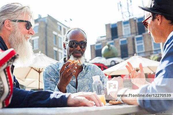 Freunde essen Pizza auf dem Lebensmittelmarkt  London  UK
