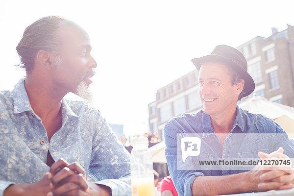 Freunde unterhalten sich im Freien  London  UK