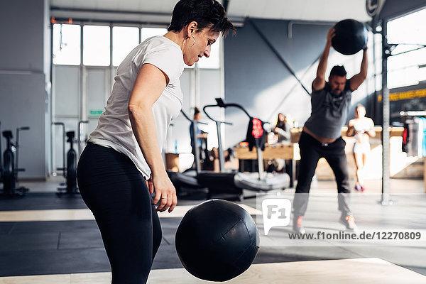 Menschen im Fitnessstudio mit Medizinball
