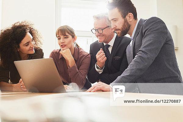 Geschäftsleute im Büro mit Laptop