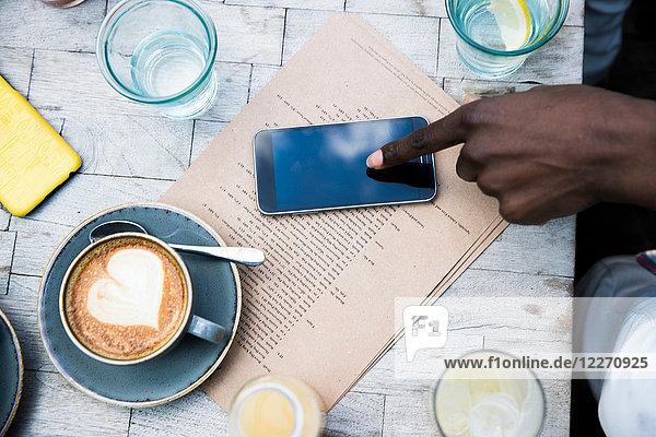 Kaffee  Mobiltelefon  Menü auf Holztisch