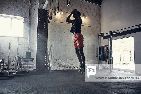 Mann in Turnhalle springt in die Luft