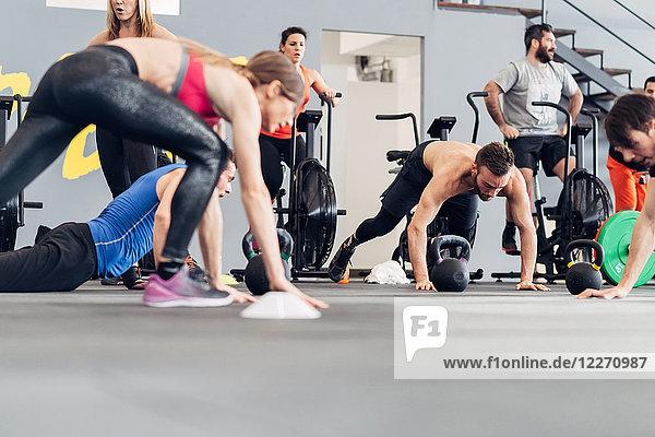 Mittlere Gruppe von Personen  die im Fitnessstudio trainieren