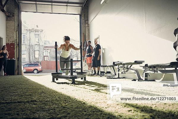 Frau im Fitnessstudio mit Trainingsgeräten