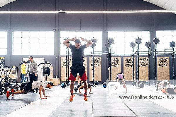 Mann trainiert im Fitnessstudio  springt in der Luft