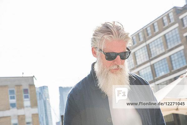 Bärtiger Mann mit Sonnenbrille  London  UK