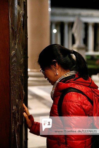 Faithful touching the porta sancta (Holy Door).