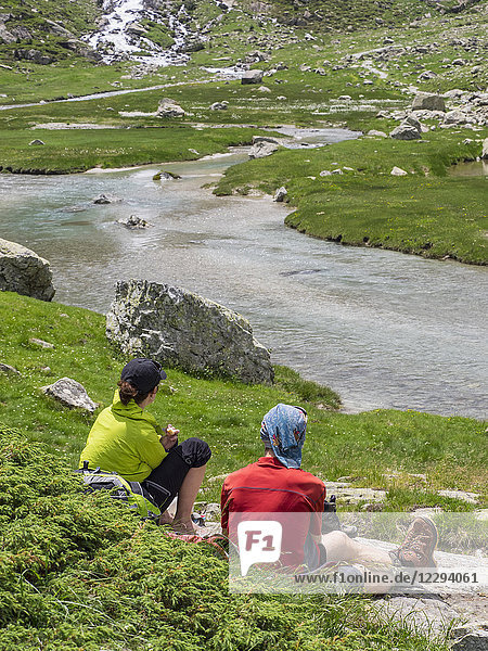 Hikers taking rest near Gave De Gaube river  Cauterets  France