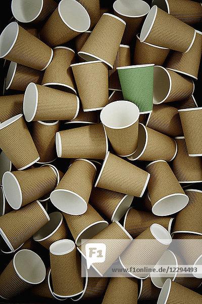 Vollrahmen-Kaffeetasse aus grünem  recycelbarem Material unter den Einwegbechern