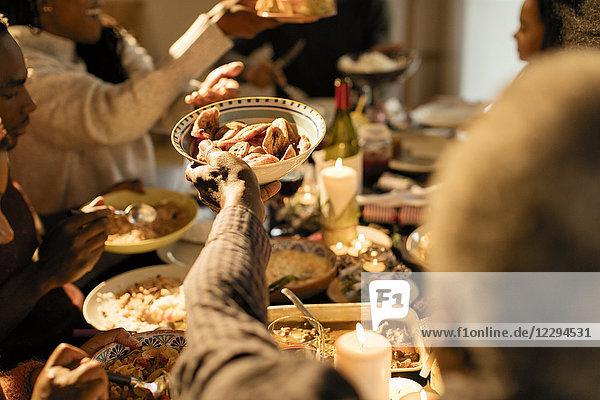 Familie  die beim Weihnachtsessen Essen übergibt