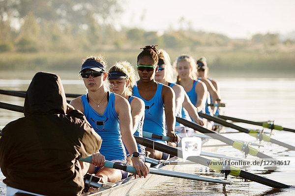 Weibliches Ruderteam Ruderschädel auf dem See
