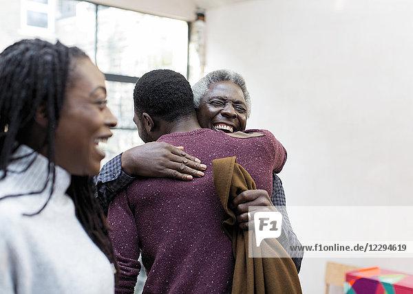 Glücklicher Großvater umarmt Enkel