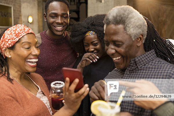 Happy Multi-Generation-Familie lachen  mit Smartphone