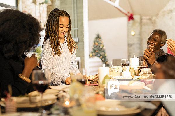 Mädchen serviert Weihnachtsessen