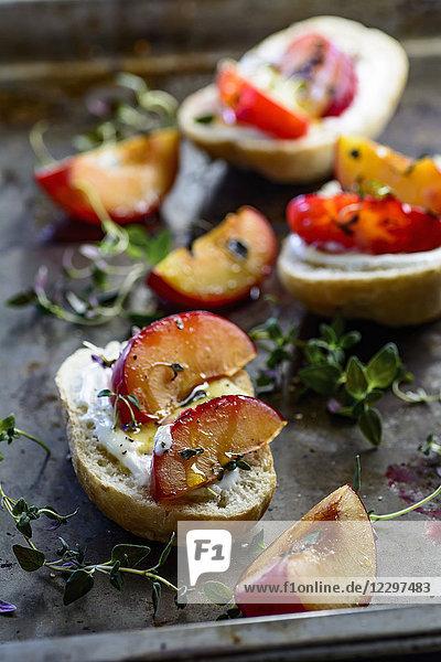 Brötchen mit gebackenen Pflaumen  Thymianhonig und Joghurt