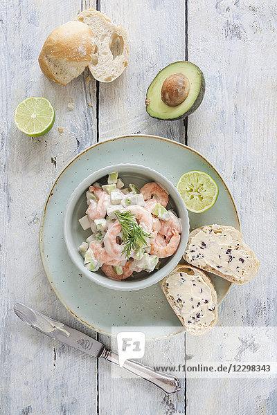 Garnelensalat mit Avocado  Gurke  leichter Joghurt-Cocktailsauce und Trüffelbutter-Baguette