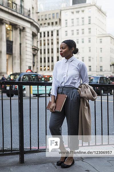 UK  London  modische Geschäftsfrau wartet auf der Straße