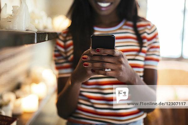 Frauenhände halten Smartphone  Nahaufnahme