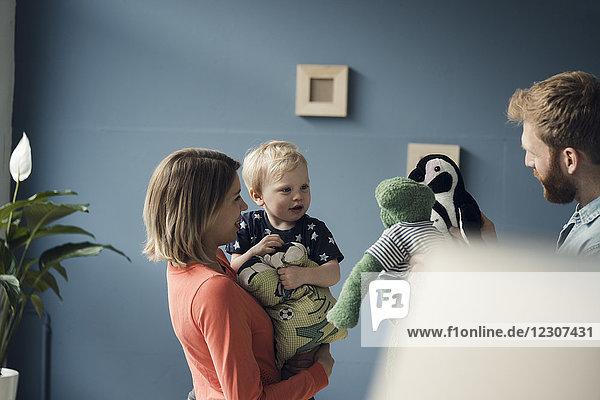 Glückliche Familie spielt mit ihrem Sohn zu Hause