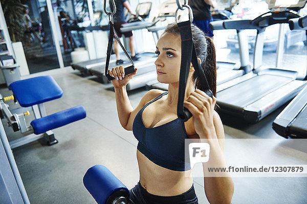Frauentraining mit Trainingsgerät in der Turnhalle