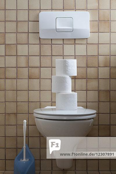 Toilette mit Toilettenpapierstapel