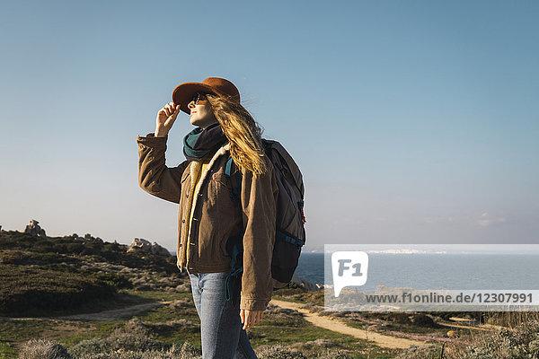 Italien  Sardinien  Frau auf Wanderung