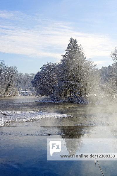 Deutschland  Bayern  Oberbayern  Loisach im Winter
