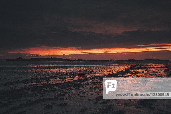 Frankreich  Bretagne  Landeda  Dunes de Sainte-Marguerite  Seelandschaft mit Strand bei Dämmerung