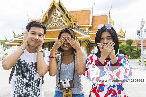 Thailand  Bangkok  drei Freunde  die Spaß haben