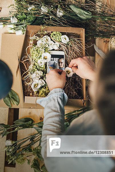 Frau arrangiert Geschenk in einer Box  Teilansicht
