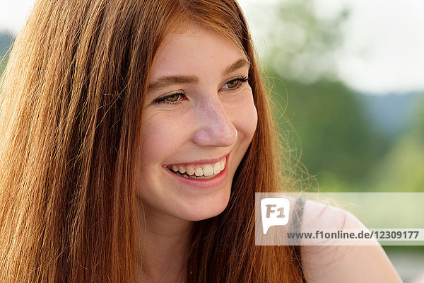 Porträt einer rothaarigen Teenagerin