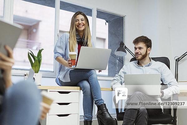Mitarbeiter im Büro bei einem informellen Treffen