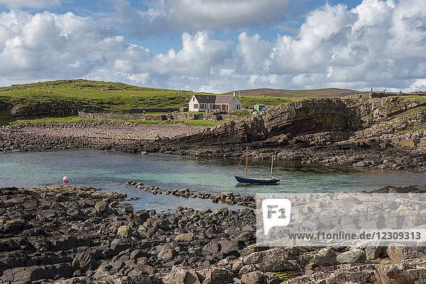 Großbritannien  Schottland  Assynt  Clachtoll  Bay Clachtoll  Crofter House  Farmhaus und Boot