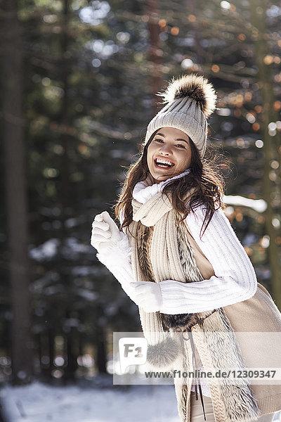 Porträt der modischen jungen Frau im Winterwald