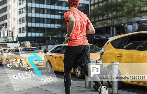 USA  New York City  Mann  der in der Stadt mit Daten um sich herum läuft.