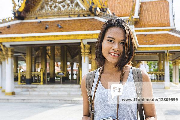Thailand,  Bangkok,  Portrait eines lächelnden Touristen mit Kamera