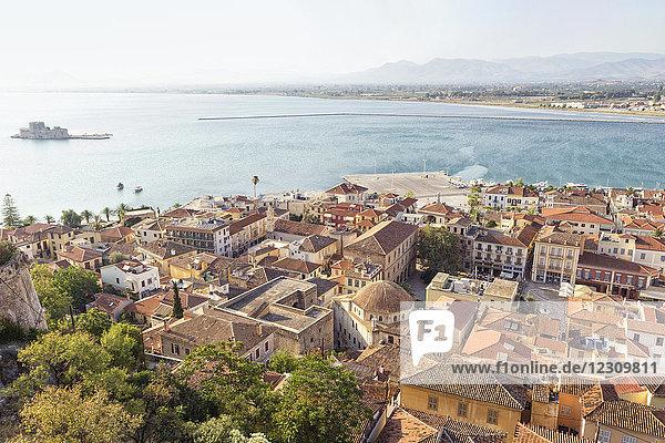Griechenland  Peloponnes  Argolis  Nauplia  Argolischer Golf  Altstadt  Blick von Akronauplia auf Burg Bourtzi
