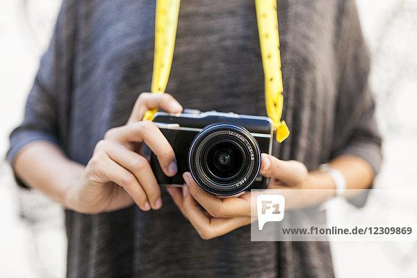 Nahaufnahme der Frau mit Kamera